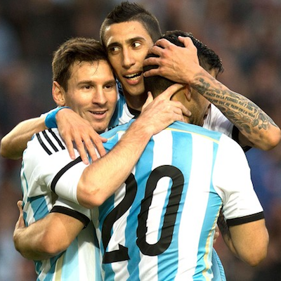 argentinos comemorando gol